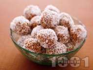Сурови бонбони / трюфели / топчета от сушени плодове (смокитни, стафиди, фурми), орехи, бадеми и кокос за десерт